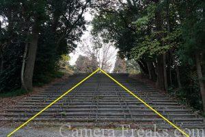 一眼レフの基本的な構図である三角構図を使って撮影した神社の階段の写真