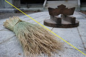 一眼レフの基本的な構図である対角構図を使って撮影した神社の写真