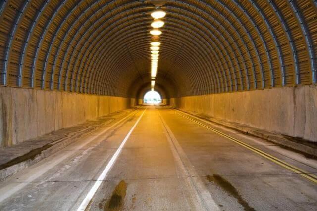 トンネルを広角で撮った写真