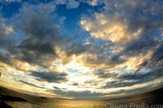 一眼レフで魚眼レンズで撮影した夕焼けの写真