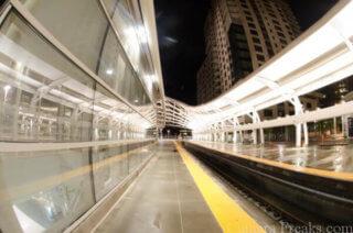 一眼レフで魚眼レンズで撮影した駅構内の写真