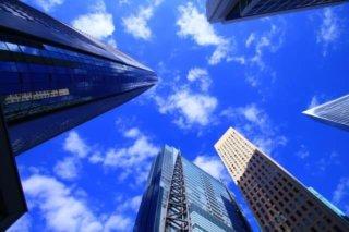 超広角レンズで撮影した都会のビルの写真