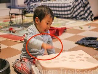 一眼レフで撮影した手ぶれしている子供の写真