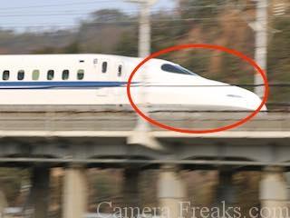 一眼レフで撮影した手ぶれしている新幹線の写真