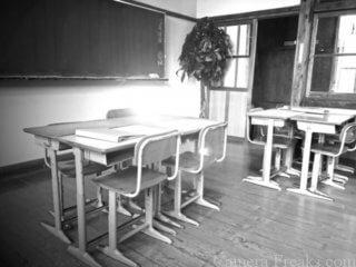 一眼レフで白黒写真で撮影した学校の写真