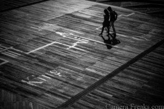 一眼レフでモノクロ撮影したカップルの写真