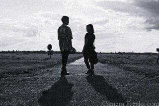 一眼レフで白黒写真で撮影したカップル