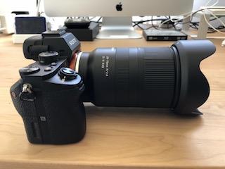 ソニーEマウントフルサイズミラーレス一眼α7 ⅡにタムロンソニーEマウント用フルサイズ対応標準ズームレンズ タムロン 28-75mm F:2.8 Di III RXD (Model A036)を付けて撮影した写真(レンズフードありで側面から撮影)