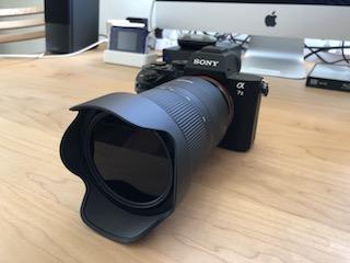 ソニーEマウントフルサイズミラーレス一眼α7 ⅡにタムロンソニーEマウント用フルサイズ対応標準ズームレンズ タムロン 28-75mm F:2.8 Di III RXD (Model A036)を付けて正面から撮影した写真