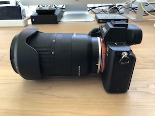 ソニーEマウントフルサイズミラーレス一眼α7 ⅡにタムロンソニーEマウント用フルサイズ対応標準ズームレンズ タムロン 28-75mm F:2.8 Di III RXD (Model A036)を装着して撮った写真(側面)