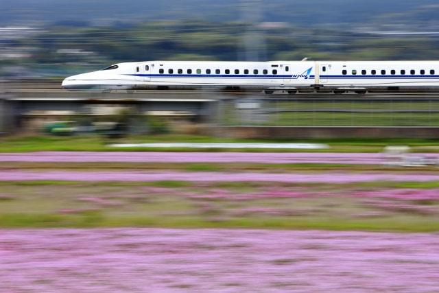一眼レフで流し撮りした新幹線の写真